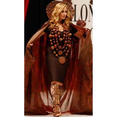 На подиуме знаменитая французская певица Лара Фабиэ в шоколадном платье