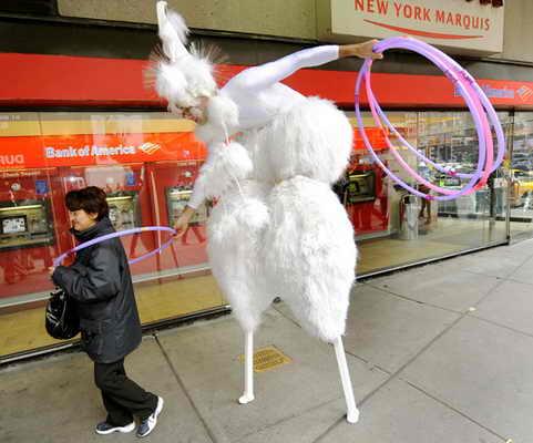"""В Нью Йорке участник """"Cirque du Soleil"""" Уинтук Хупс показывал прохожим прямо на площаде Times Square как нужно крутить обруч, как часть его необычного выступления"""