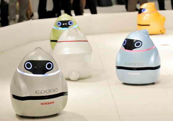 """Новые роботы Nissan под названием """"Eporo"""" избегают любых препятствий, выстраиваясь в одну колонну и не сталкиваясь друг с другом"""