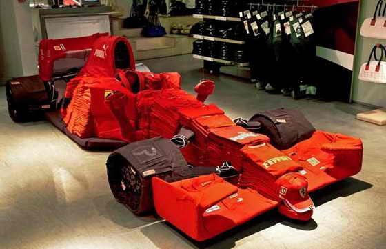 8 людей работали в течение 5 часов в магазине Puma в Лондоне, чтобы выложить Болид Ferrari Formula 1 Кими Райкконена. На создание болида понадобилось 1 999 предметов одежды: 1 682 футболок, 88 пар джинсов, 64 пары обуви и 31 пояс