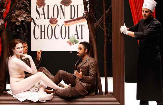 """На французской актрисе Армелль Лесниак не было ни только шоколада, но и одежды вообще, зато она позировала обнаженной в шоколадной рамке воспроизведения картины Мане """"Dejeuner Sur L'Herbe"""" (""""Обед на траве"""")"""