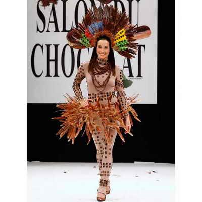 Французская актриса Кароль Брана отдала дань происхождению шоколада, выйдя на подиум в шоколадном стиле, навеянном ацтеками