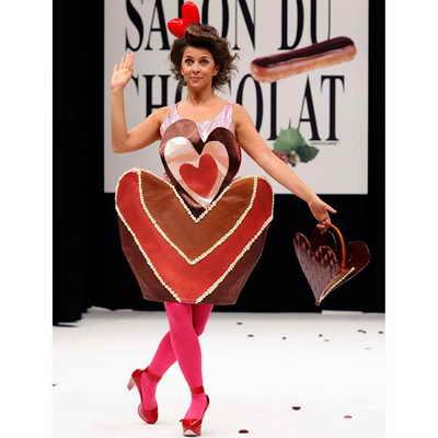 Французская актриса Коринн Тузе одета в шоколадное творение дизайнера Agatha Ruiz de la Prada и держит в руках сумку от кондитера La Maison Bonnat