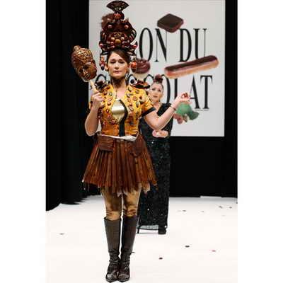 Звезда французского телевидения Дэниэла Лумброзо одета в творение модельеров и кондитеров Филиппа Раско и Кристофа Гиярме