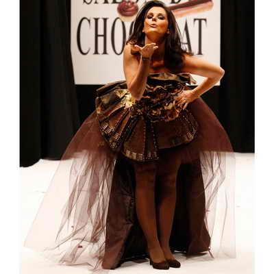 Французская телевидущая Фостин Боллаерт дарит всем шоколадный воздушный поцелуй