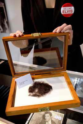 На аукционе Leslie Hindman в Чикаго выставили необычный лот - пряди волос Элвиса Пресли