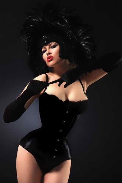 Хочется узнать не жмет ли этот костюм девушке? Особенно ее груди!