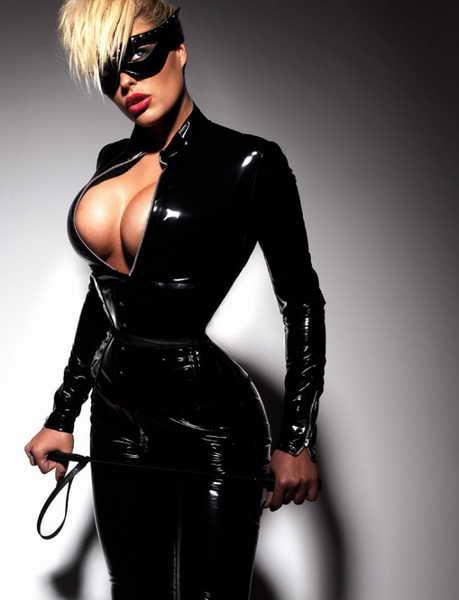 Такую грудь не спрячешь ни за каким костюмом. Она просто вырывается наружу.