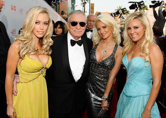 Хью Хефнер с сексуальными девушками Playboy