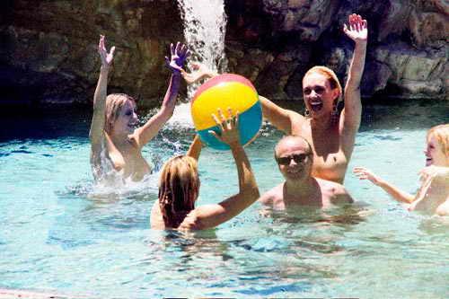 Джек Николсон развлекается с девочками в бассейне