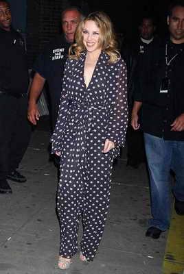 Кайли Миноуг явилась на публике в настоящей пижаме?! К чему ЭТО???!!!
