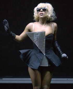 """Lady Gaga стала популярной во всем мире, благодаря ее синглам """"Just Dance"""" и """"Poker Face"""", и на Halloween отлично будет смотреться стиль Lady Gaga: белые парики, блестящие очки, неординарные костюмы и черная помада"""