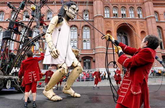 """В Берлине открылся Фестиваль Великанов: на фото французский театр """"Royal de Luxe"""" представляют свое творение """"Маленькая Великанша"""""""