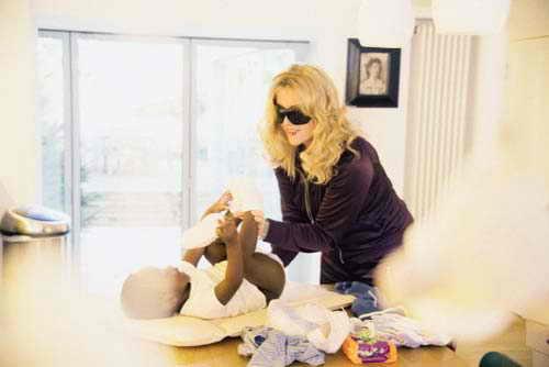 Мадонна пеленает ребенка