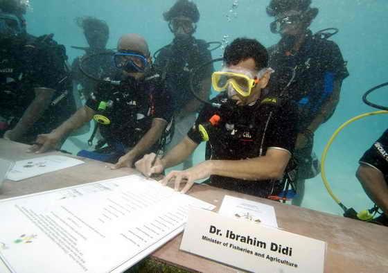 Правительство Мальдив провело совещание под водой на Мальдивах. Столь необычное место проведение государственно важных встреч было связано с угрозой глобального потепления: Министры подчеркнули глобальные проблемы и вероятность затопления островов в случае массового таяния ледников