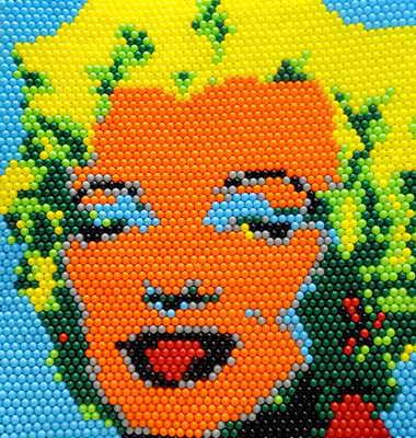 """В столице Тайланда Бангкоке прошло ежегодное международное представление """"Искусство из воздушных шариков"""". На фото - одна из экспозиций - яркий портрет Мэрлин Манро из сотен воздушных шариков"""