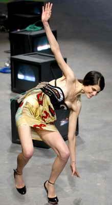 Во время представления новой коллекции модельера Junko Shimada в Париже модель упала прямо на подиуме