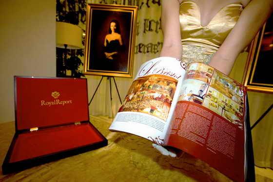 """В Праге, Чехии, представили самый дорогой журнал в мире """"Royal Report"""", украшенный золотом и бриллиантами, стоимостью $260 000"""