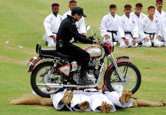 """Федеральная служба под названием """"Черные кошки"""" показывает свои способности в свой праздник - 25-летнюю годовщину национальной службы в Индии"""
