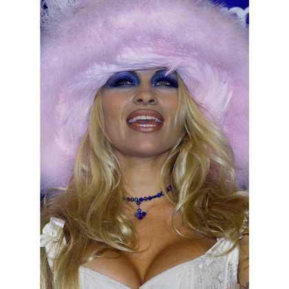 Памела Андерсон позирует на награждении MTV Video Music Awards в 1999 году в Metropolitan Opera House в Нью Йорке