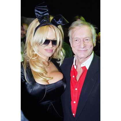 Основатель и издатель Playboy Хью Хефнер и бывшая модель Playboy Памела Андерсон позируют на 50-летии журнала Playboy в Нью Йорке в 2003 году
