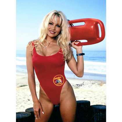 """""""Спасатели Малибу"""" (Baywatch) и красный купальник сделали Памелу Андерсон знаменитой в начале 90-х, когда она исполнила роль Си.Джей. Паркер"""