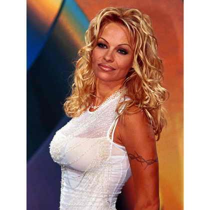 """Памела Андерсон Ли позирует для фотографов в 1998 году в Берлине во время промотура сериала """"VIP"""""""