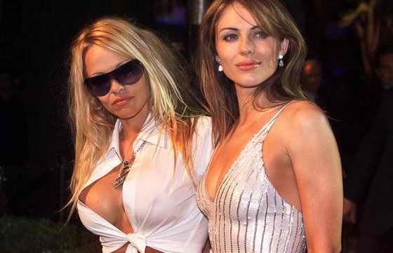 Памела Андерсон и Элизабет Херли позируют на вечеринке после награждения Vanity Fair post-Academy Awards в 2001 году