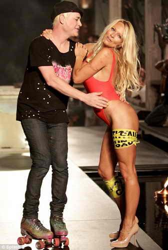 Памела Андерсон и дизайнер Richie Rich, который выехал на подиум на роликах