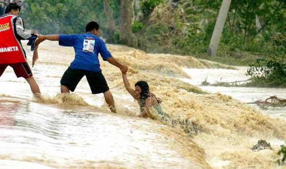 Сотни людей погибли из-за самого сильного за последние 40 лет наводнения на Филиппинах