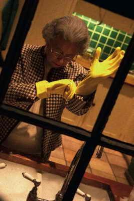 Королева Елизавета приступает за мойку посуды