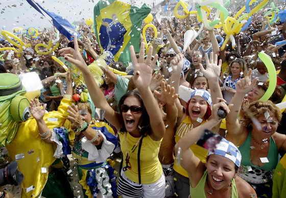 На пляже Капакабана в Рио-де-Жанейро, Бразилия, празднуют победу - номинацию на проведение Олимпийских игр в 2016 году