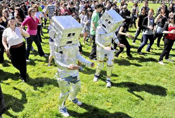 Новый рекорд Гиннеса: 29 сентября 2009 года 379 человек станцевали как робот в городе Мельбурн, Австралия, побив предыдущий рекорд, когда 279 человек исполнили танец робота в Кенте, в Англии