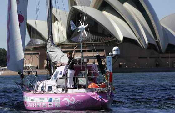 16-летняя Джессика Уотсон начала морское путешествие по всему миру в своей яхте Ella's Pink Lady с Австралии, проплывая возле Сиднейского оперного театра
