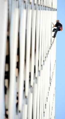 Французский Spiderman Алэн Робер взобрался на здание Ariane в La Defense в Париже