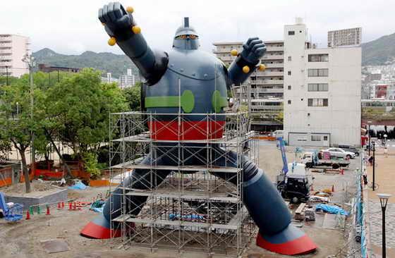 """В Кобе, на острове Хонсю, на западе Японии установили гигантского 15-метрового робота """"Testujin 28 Go"""" (Гигантора или Железного человека #28), как символ спасения после сильнейшего землетрясения в 1995 году"""
