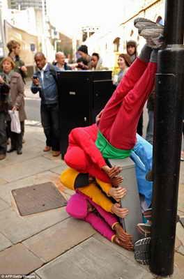 "Скульптуры ""Bodies in Urban Spaces"""
