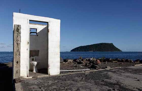 Туалет - все, что осталось от дома в деревне Лаломану на южном побережье Самоа после разрушительного цунами