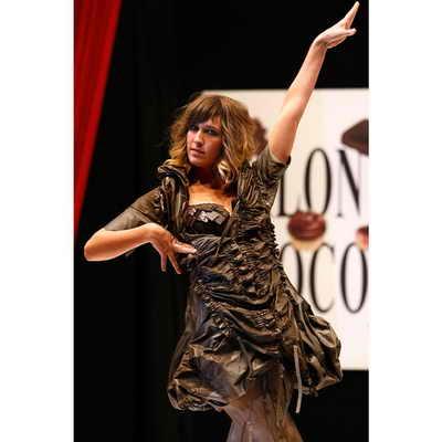 Телеведущая Дафне Бурки представляет платье, украшенное шоколадом, от дизайнера Marithe Francois Girbaud