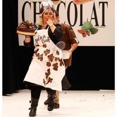Телеведущая Валери Дамидо не только предстала в шоколадном наряде, но и параллельно пробуя дизайнерский шоколадный торт