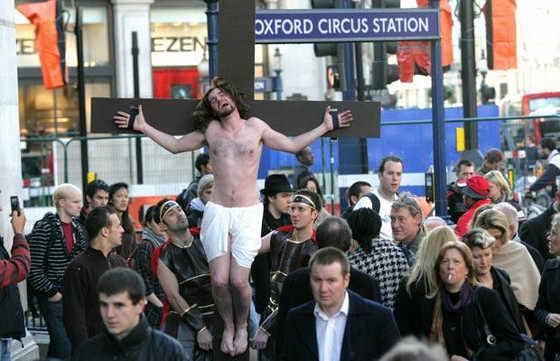 """Британцы проходят мимо поэта С.П. Хоуарта, распятого возле станции """"Оксфордский цирк"""" в Лондоне, художником Ричардом Вэггли. Художник использует реалистические места действия для изучения естественной реакции публики"""