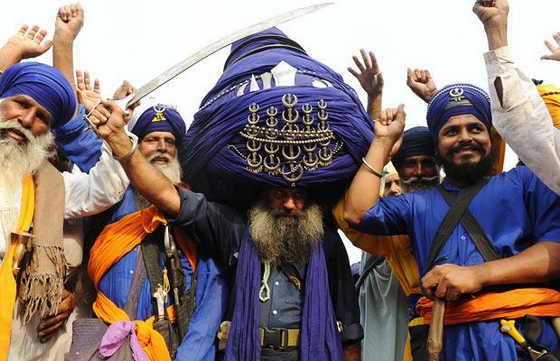 """Баба """"Болвант"""" Сайн, представитель традиционных религиозных воинов сикх Армия Нихан, позирует в своем 700-метровом тюрбане, который весит 60 килограмм, в индийском городе Эмритсар."""