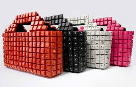 Новые сумки гарантировано понраятся девушкам, любительницам модных гаджетов. Сумки напоминают настоящие компьютерные клавиатуры. Каждая сумка уникальна, так как 393 кнопки клавиатуры разбросаны по скмкам вручную.