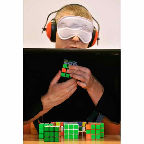 Участник ежегодного чемпионата по собранию кубика Рубикав Венгрии собрал 9 кубиков Рубика с закрытыми глазами в Будапеште