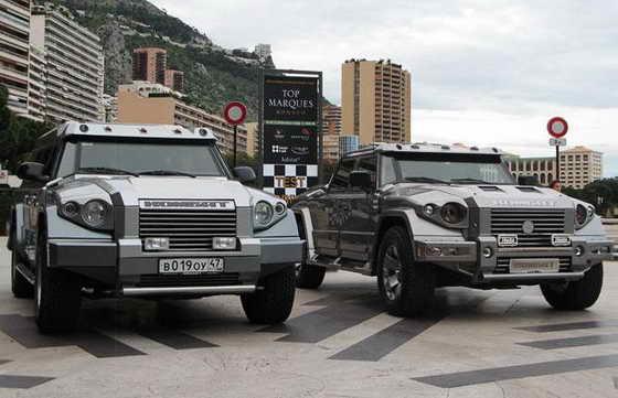 Драгоценный автомобиль Dartz Prombron Monaco Red Diamond Edition продается за один миллион евро. У ювелирного автомобиля пуленепробиваемые стекла с золотым напылением, вольфрамовые выхлопные трубы, колёсная база инкурстирована бриллиантами, а сидения обшиты кожей с пениса кита.