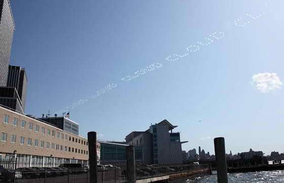 """Художник Рон Инглиш поднял искуссвто граффити до нового уровня, нарисовав в воздухе слово """"CLOUD"""" (облако) в Нью Йорке. В скором времени надпись исчезла и превратилась в... облака."""