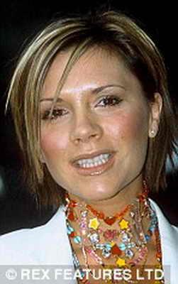 2002: Виктория Бэкхем в восторге от своей прически: белые перья