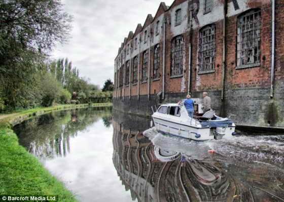 Это чудо! Слепой фотограф Brian Negus смог с помощью фотокамеры отобразить красоту лодки, проплывающей по каналу и отражающейся в воде