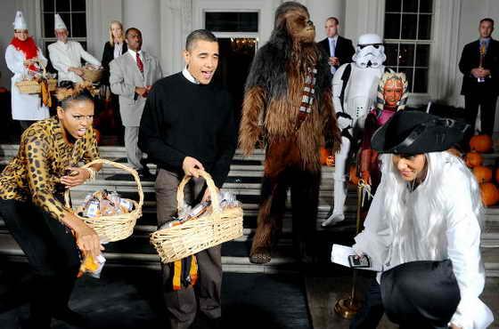Президент США Барак Обама и Первая Леди Мишель Обама празднуют Хэллоуин возле Белого Дома