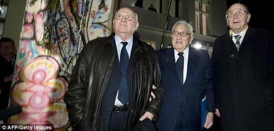 Первый президент СССР Михаил Горбачев, бывший Первый Секретарь США Генри Киссинджер и бывший Министр иностранных дел Германии Ганс-Дитрих Геншер стоят возле Берлинской стены